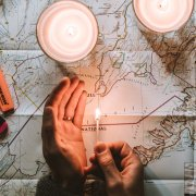 un fiammifero di luce illumina la mappa